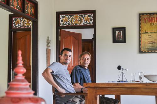 """Romain et Thierry en plein enregistrement d'un épisode de """"Sur les routes de l'Asie"""""""